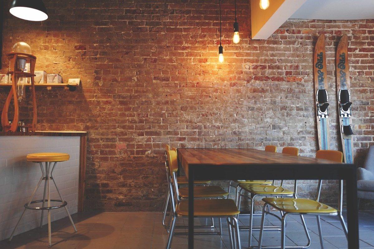 Wnętrza z surową ścianą z czerwonej cegły – aranżacje