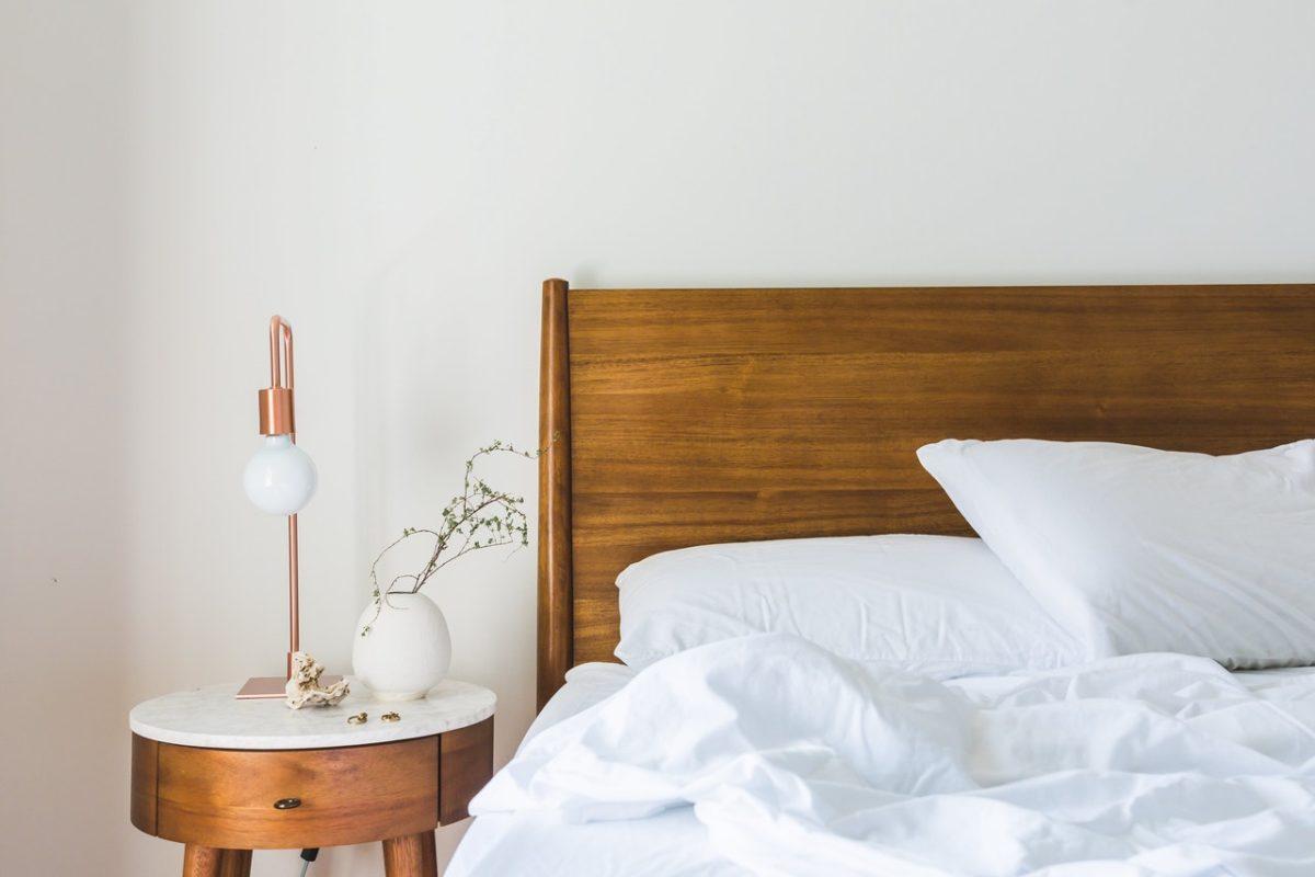 Jak poradzić sobie z aranżacją sypialni bez okna?
